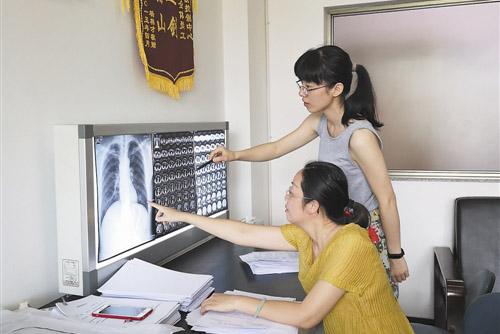 工作人员正在进行职业病诊断.jpg
